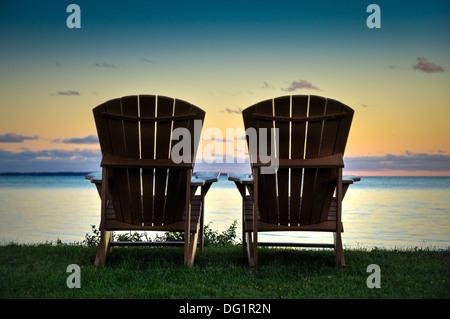 zwei Adirondack Stühle auf die Ufer des Lake Ontario New York usa - Stockfoto