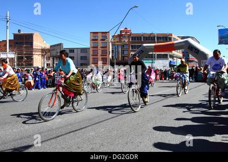 El Alto, Bolivien. 12. Oktober 2013.  Ein Konkurrent fährt vorbei an Zuschaueraufmarsch, wie sie für indigene Aymara - Stockfoto