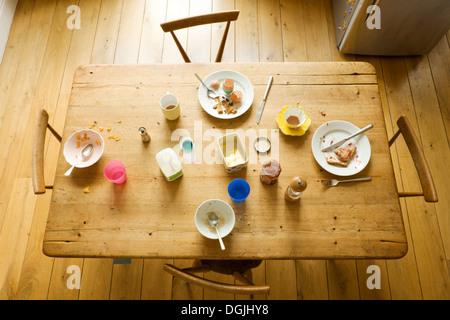 Draufsicht der Frühstückstisch mit gegessen Nahrung und chaotisch Platten - Stockfoto