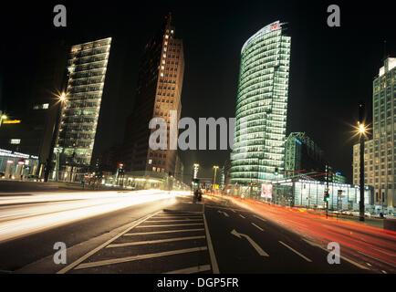 Rush Hour am Potsdamer Platz mit DB-Tower und Kollhoff Tower, Berlin - Stockfoto