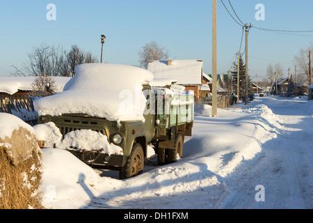 Ein einsamer alter LKW auf der Straße Wintertag. - Stockfoto