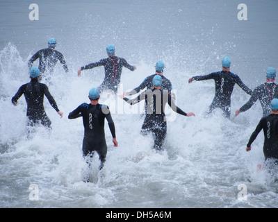 Triathleten geben Sie das Meer zu Beginn der Portsmouth 2013 Triathlon. - Stockfoto