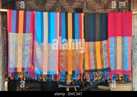 Handgewebte Schals aus Long Neck Karen Hill Tribe (Mae Hong Son, Thailand) - Stockfoto