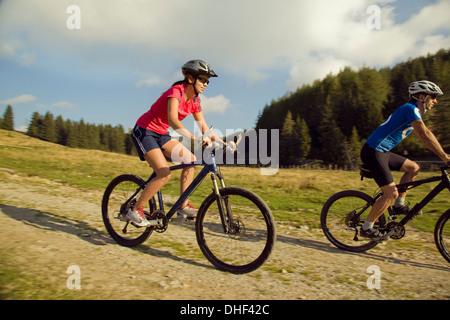 Junge Frau und Mann Mountainbiken, Steiermark, Österreich - Stockfoto