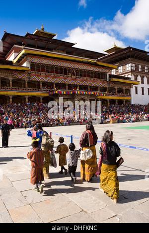 Bhutan, Thimpu Dzong, jährliche Tsechu, Frauen und Kinder Eintritt Festivalgelände - Stockfoto