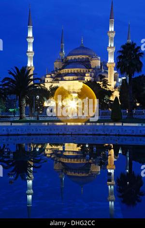 Blaue Moschee spiegelt sich am Pool, Istanbul, Türkei - Stockfoto