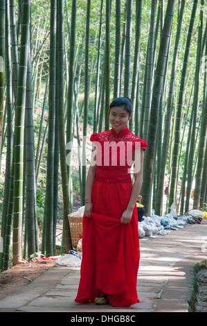 Junge Frau bei einem Spaziergang im Wald am Nationalpark South Sichuan Bambus Meer, China - Stockfoto