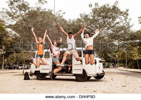 Vier Freunde, die einen Sprung von Wohnmobil, Rio De Janeiro - Stockfoto