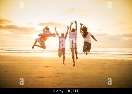Junge Menschen springen auf Mission Beach, San Diego, Kalifornien, USA - Stockfoto