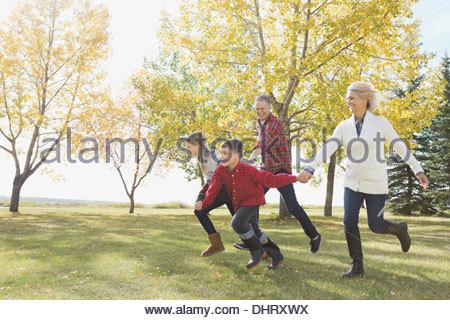 Glückliche Kinder bei den Großeltern im freien laufen - Stockfoto