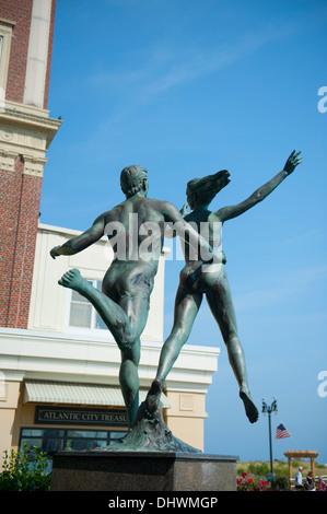 USA Amerika New Jersey NJ NJ Atlantic City Skulptur gekippt Summer von Anthony Frudakis auf der Promenade - Stockfoto