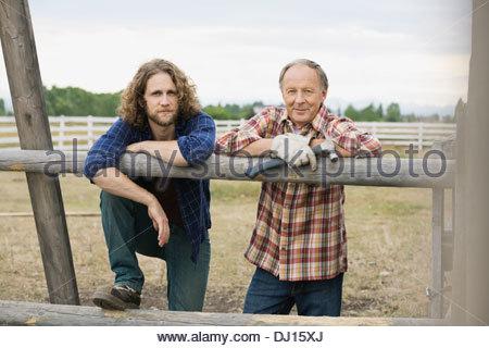 Porträt von Vater und Sohn stützte sich auf Holzgeländer - Stockfoto