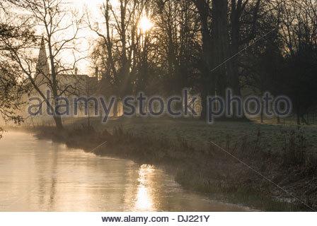 Nebel steigt aus den Fluß Lambourn während der Ausführung durch die Anlage von Welford Park, Newbury, Berks, Großbritannien - Stockfoto