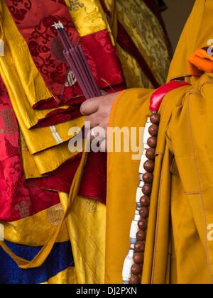 Bhutan, Thimpu Dzong, jährliche Tsechu Händen der Mönch hält Rauchen Räucherstäbchen - Stockfoto