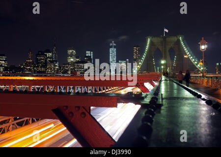 New York, USA. 6. November 2013. Blick von der Brooklyn-Brücke auf Lower Manhattan in New York, USA, 6. November - Stockfoto
