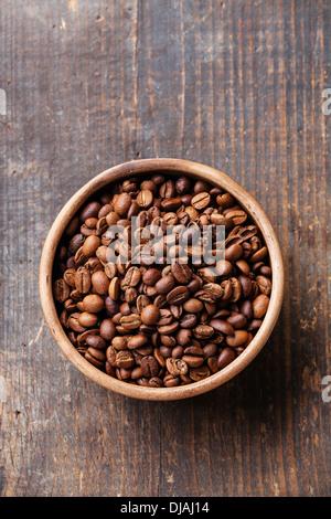 Kaffeebohnen in Keramikschale - Stockfoto