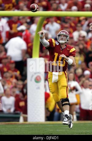 1. Januar 2008 - Pasadena, California, USA - NCAA Football Rose Bowl: USC JOHN DAVID BOOTY Würfe, STANLEY HAVILI - Stockfoto