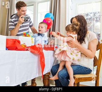 Familie öffnen Geburtstagsgeschenke - Stockfoto