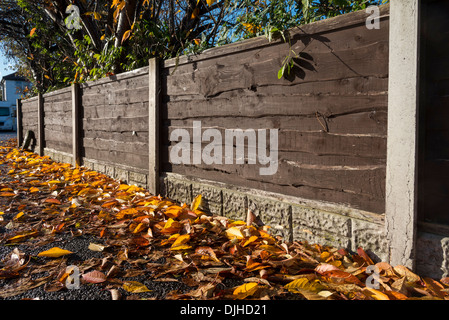 Garten holzzaun mit betonpf hle stockfoto bild 134724423 - Garten holzzaun ...