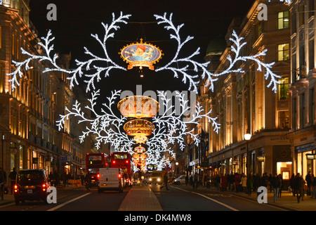 weihnachten dekoration in der regent street in london england gro britannien stockfoto bild. Black Bedroom Furniture Sets. Home Design Ideas