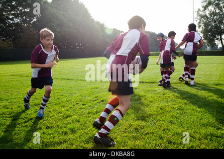 Teenager Schuljunge Rugby-Team in der Praxis - Stockfoto