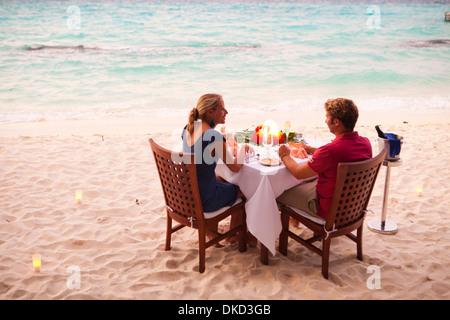Private Abendessen am Strand von Kuramathi Island Resort, Malediven. - Stockfoto