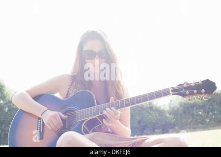 Jugendlicher Gitarre spielen - Stockfoto
