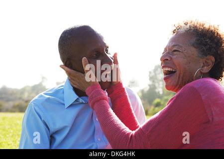 Porträt von senior paar im Park, Frau berühren das Gesicht des Mannes - Stockfoto