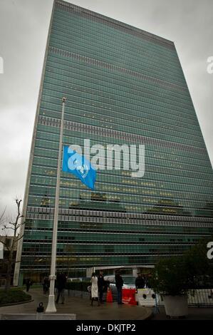 NY, NY, USA. 6. Dezember 2013.  Ein UNO-Flagge fliegt auf Halbmast in Erinnerung an Nelson Mandela, im UN-Hauptquartier - Stockfoto