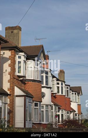 Zeile der 1930er Jahre Reihenhaus Häuser mit Erker in Twickenham, Middlesex, england - Stockfoto