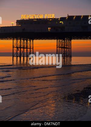 Brighton Pier Sonnenuntergang bei Ebbe - Stockfoto
