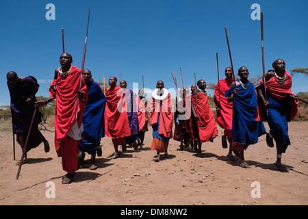 Maasai-Männer, die traditionellen Tanz in der Ngorongoro Conservation Area im Krater Hochland von Tansania Ostafrika - Stockfoto