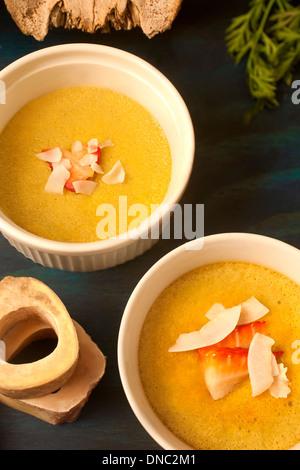 Gelbe Creme weißem Souffle Geschirr Overhead - Stockfoto