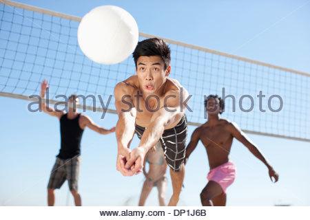 Menschen spielen beach-volleyball - Stockfoto
