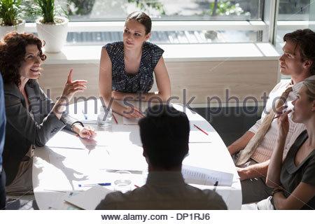 Geschäftsleute treffen sich in sonnigen Konferenzraum - Stockfoto