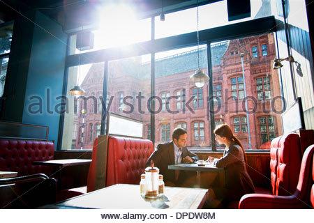 Paar, sitzen im Restaurant Stand - Stockfoto