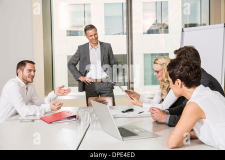 Unternehmer treffen im Konferenzraum - Stockfoto