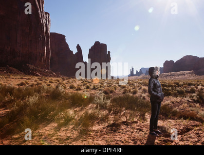 Weibliche Touristen allein im Monument Valley Navajo Tribal Park, Arizona, USA - Stockfoto