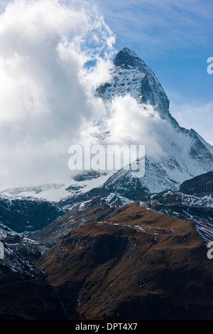 Matterhorn und Monte Cervino, mit Wolken, die aus dem Süden; Schweiz. - Stockfoto