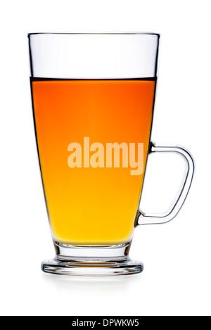 Getränke: frischer schwarzer Tee im Glas Teetasse, isoliert auf weißem Hintergrund - Stockfoto