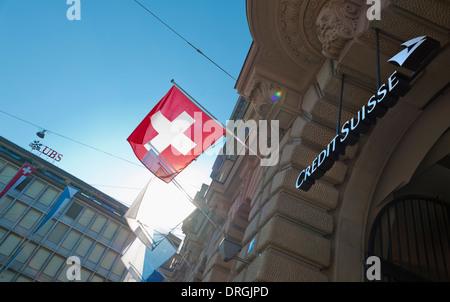 Firmensitz der Schweiz die beiden größten Banken UBS (Hintergrund) und der Credit Suisse in Zürich, Paradeplatz. - Stockfoto
