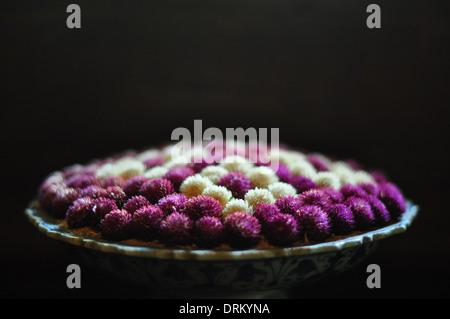 """Globus Amaranth (Gomphrena Globosa oder """"Bachelor-Taste"""") Blumen in einem Thai Blumenarrangement. - Stockfoto"""
