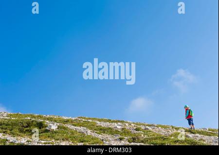 Italien, Provinz Belluno, Region Venetien, Auronzo di Cadore, Tre Cime di Lavaredo, kleiner Junge auf Berggipfel - Stockfoto