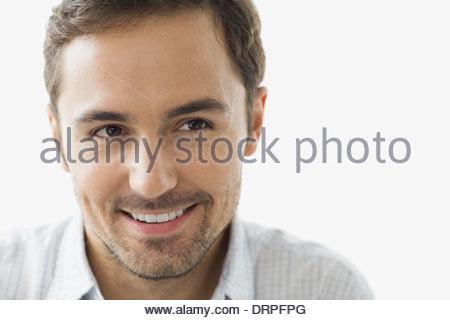 Nahaufnahme von nachdenklicher Mann vor weißem Hintergrund - Stockfoto