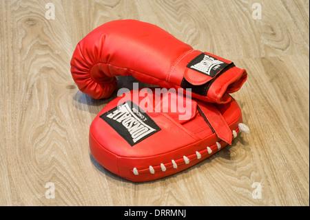 Ein paar Boxhandschuhe auf dem Boden eines Gymnasiums - Stockfoto