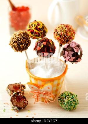 Schoko-Cake pops mit Kirschen. Rezept zur Verfügung. - Stockfoto