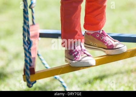 Kind stehend auf Schaukel, niedrig, Abschnitt - Stockfoto