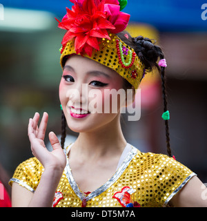 Schöne chinesische Mädchen Paraden auf dem Lunar New Year Festival in Chinatown. - Stockfoto