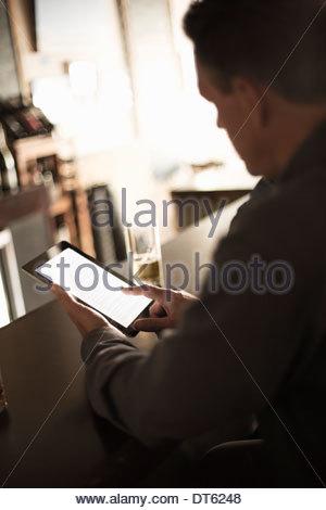Geschäftsleute suchen bei Digital in einer bar - Stockfoto