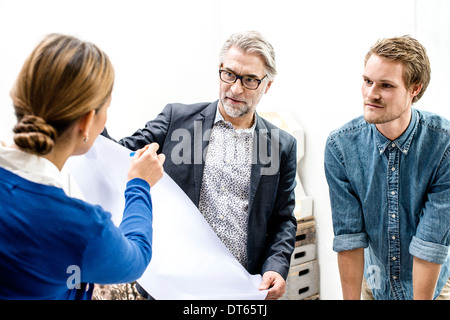 Geschäftsleute in Meeting im Büro - Stockfoto